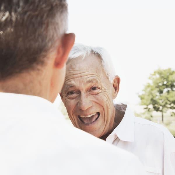 lachender Senior - miteinander füreinander